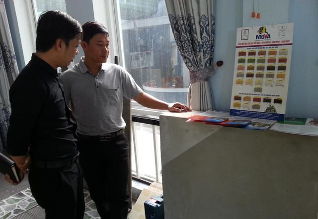 Khách hàng tìm hiểu các sản phẩm của Mova tại ngày hội Mova và những người thợ chiều 8/11. Ảnh Đức Hoàng