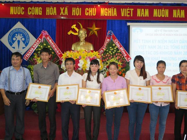 Nhiều gương sáng trong hoạt động DS-KHHGĐ tại Kon Tum được khen thưởng tại sự kiện kỷ niệm Ngày Dân số Việt Nam.