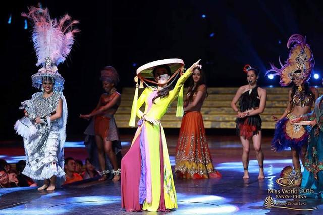 Trong buổi tổng duyệt, màn múa nón quai thao của Lan Khuê cùng một số thí sinh khác được lựa chọn để tham gia phần Dances of The World.