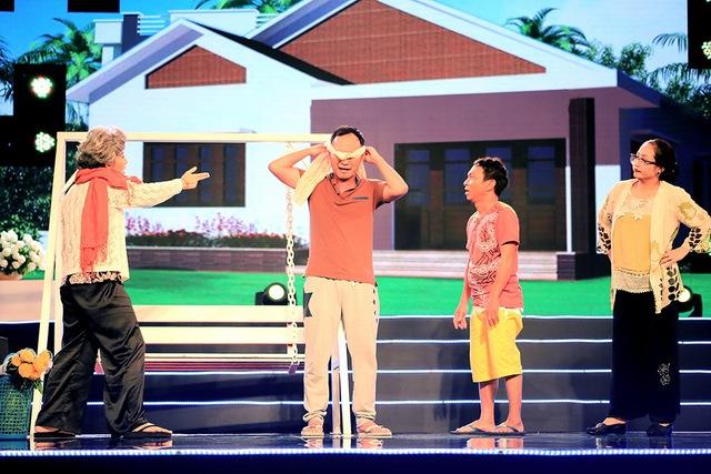 """Ngoài hài kịch, chương trình """"Sài Gòn đêm thứ Bảy"""" còn giới thiệu các mẫu áo dài mới nhất của nhà thiết kế Tuấn Hải và các tiết mục âm nhạc đặc sắc với sự tham gia của các ca sĩ nổi tiếng. Chương trình được phát sóng lúc 20h ngày 17/10 trên VTV9."""