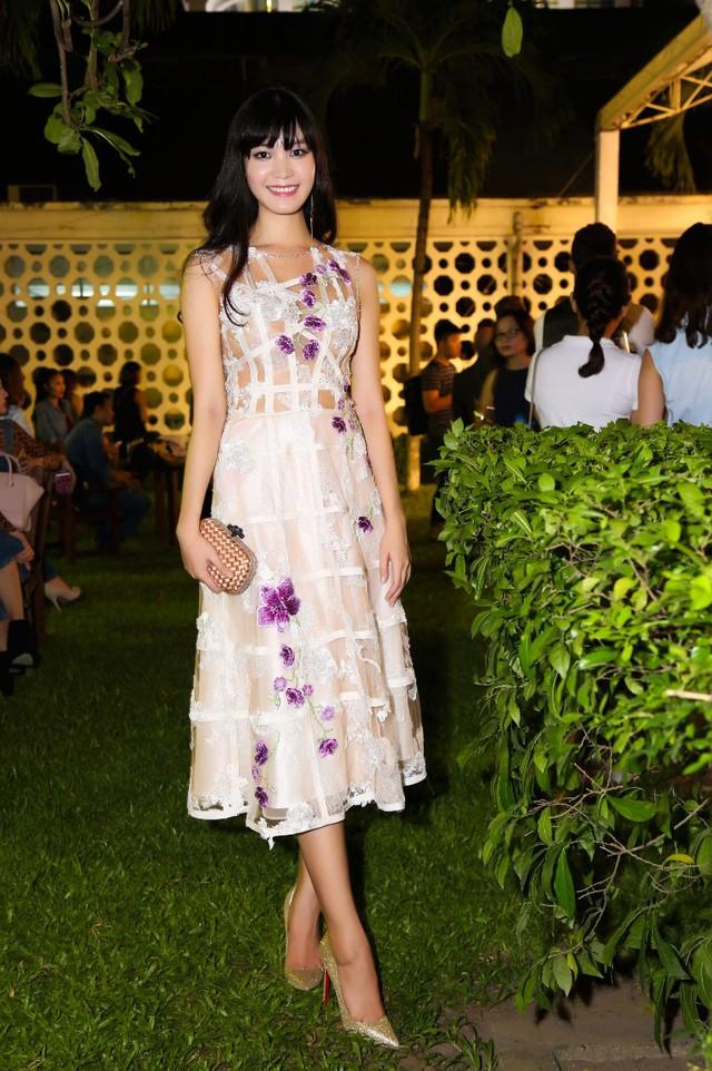 Chiếc váy ren trắng đính kết của NTK Hoàng Hải dành cho Thùy Dung đã giúp cô ăn điểm với bạn bè quốc tế trong lễra mắt một sự kiện để quảng bá cho các thương hiệu thời trang của Anh có mặt tại Việt Nam.