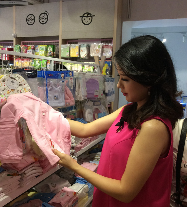 MC Minh Trang hiện đã có một bé gái 3 tuổi, MC 8X xinh đẹp, khéo nuôi dạy con này đang lựa chọn đồ sơ sinh, chuẩn bị chào đón bé thứ 2