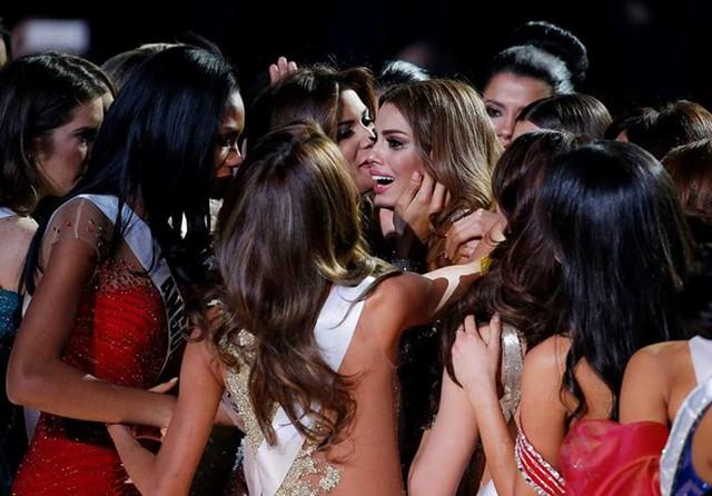Hoa hậu Colombia nức nở trong vòng tay của các thí sinh Hoa hậu Hoàn vũ