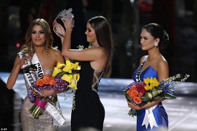 Khoảnh khắc tháo vương miện khó đỡ của Miss Universe 2015