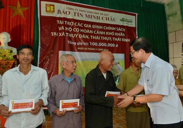 Ông Vũ Minh Châu- Tổng Giám đốc Cty vàng bạc đá quý Bảo Tín Minh Châu trao các phần quà cho hộ chính sách, hộ có hoàn cảnh khó khăn tại xã Thụy Dân, huyện Thái Thụy, tỉnh Thái Bình