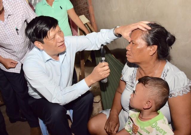GS.TS Nguyễn Thanh Long kiểm tra mắt cho một người dân ở thị xã Vĩnh Châu, Sóc Trăng (Ảnh: Cục Quản lý Khám, Chữa bệnh)