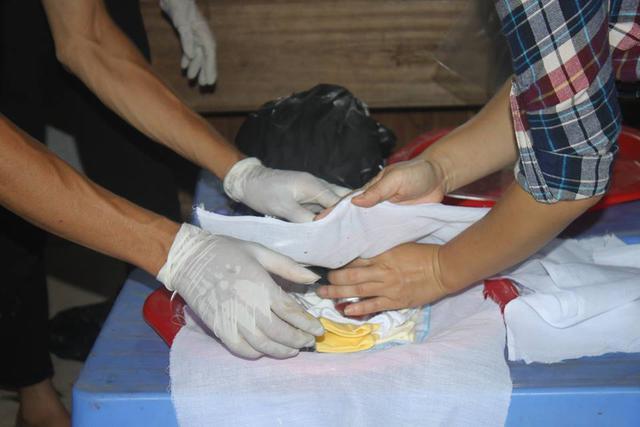 8h30, việc khâm liệm các thai nhi được tiến hành. Hôm nay, công việc này được một đội tình nguyện ở nội thành Hà Nội đảm nhiệm. Những thai nhi được bảo quản trong một chiếc tủ đông Nasaky dung tích 200 lít được các bạn lần lượt lấy ra vệ sinh và mặc áo. Có những thai nhi chỉ là cục máu đỏ hỏn. Cũng có những số phận xấu số đã 7 thậm chí 8 tháng tuổi thai.