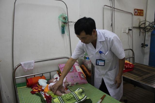 Cháu Mênh được các bác sỹ chăm sóc tại bệnh viện