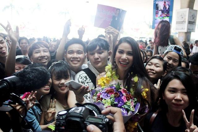 Hoa hậu Phạm Hương trong vòng vây của fan hâm mộ