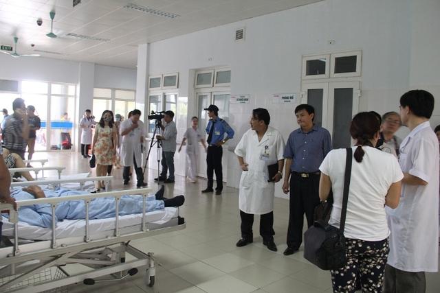 Các phóng viên đang tác nghiệp tại bệnh viện