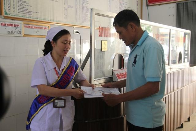Nhân viên Bệnh viện Đa khoa huyện Hưng Nguyên hướng dẫn người dân đến khám chữa bệnh