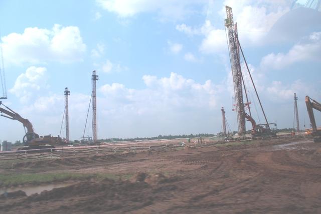 Máy móc của nhà thầu thi công tại dự án Nhà máy nhiệt điện Sông Hậu 1