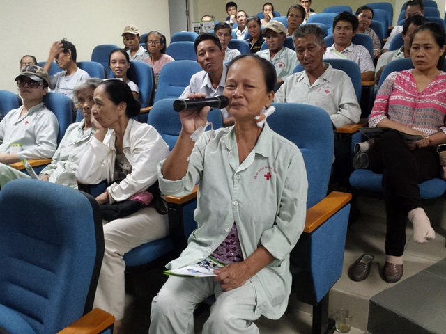Tại ngày hội, nhiều bệnh nhân và người dân đã có cơ hội đưa ra những câu hỏi thắc mắc về bệnh ung thư để các bác sĩ và chuyên gia TTUB, BVTW Huế giải đáp. Ảnh Lê Chung