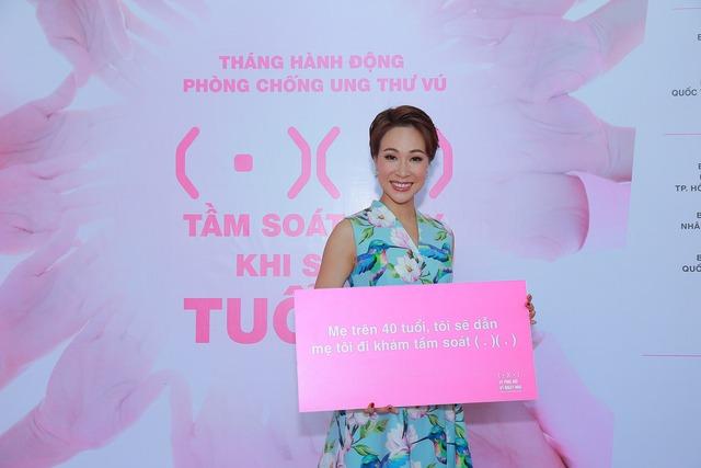 Ca sỹ Uyên Linh đến cổ vũ bằng giọng hát và biểu ngữ: Mẹ trên 40 tuổi, tôi sẽ dẫn mẹ tôi đi khám tầm soát.
