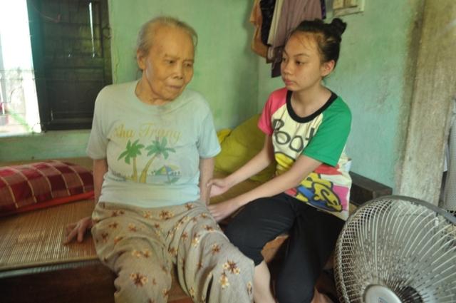 Nhiều năm nay bà Hiển bị bại liệt chỉ biết dựa vào sự chăm sóc của con dâu và cháu