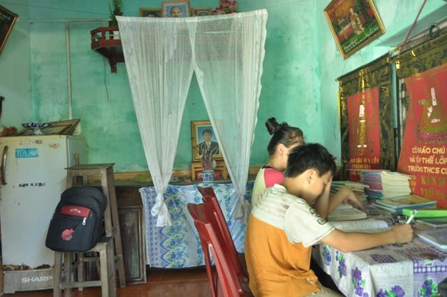 Phòng khách vừa là phòng thờ cũng là nơi học tập của 2 chị em Huyền