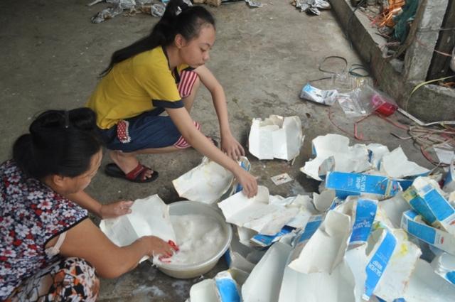 Bị tâm thần phân liệt nhưng chị Xinh hàng ngày vẫn mưu sinh đển uôi mẹ chồng và hai con.