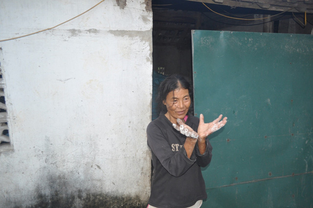 Bà mẹ Trần Thị Chiến bị câm điếc nên chỉ diễn tả qua cử khi khi tiếp xúc với người khác