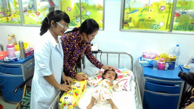 Bé Ngọc Thảo sau phẫu thuật đang phục hồi sức khỏe tốt, trước đó bé chỉ sống nhờ ống động mạch cung cấp một phần máu lên phổi.