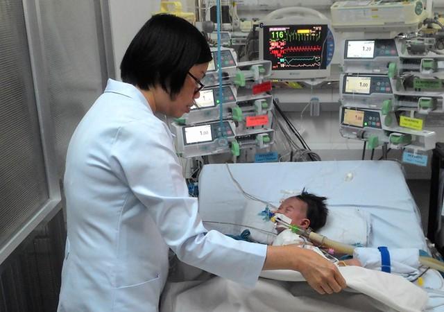 Bé Ngọc Nhi dự kiến được rút ống nội khí quản trong hôm nay, theo các chuyên gia khoa Tim mạch BV Nhi Đồng 1.