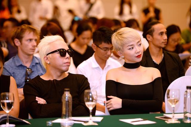 Trong suốt buổi họp báo, Tóc Tiên và Hoàng Touliver rất quấn nhau. Họ không rười nhau nửa bước.