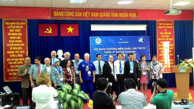 Các chuyên gia thuộc tổ chức thẩm mỹ quốc tế DASIL chia sẻ kinh nghiệm, hướng dẫn trực tiếp các kỹ thuật phẫu thuật thẩm mỹ tại BV Q.2, trong khuôn khổ Hội nghị DASIL lần thứ 4 tổ chức lần đầu tiên tại Việt Nam.