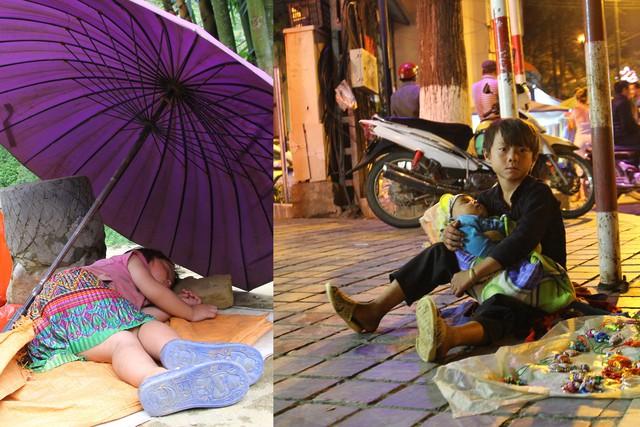 Vừ A Vinh, một cậu bé 6 tuổi vẫn ôm chặt cậu em mới 2 tháng tuổi ngồi bán hàng ở một góc vỉa hè. Em ngủ ngon cho mẹ kiếm tiền (ảnh nhỏ). Ảnh: Phùng Bình