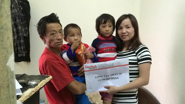 Phóng viên Trần Thuận, đại diện quỹ Vòng tay Nhân ái trao hơn 11 triệu đồng cho gia đình em Vừ Thị Dính.