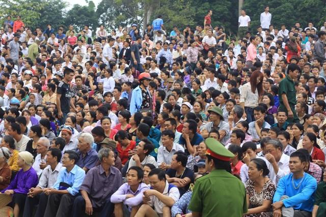 Hàng nghìn người tới tham dự phiên tòa. Ảnh: X.Thắng