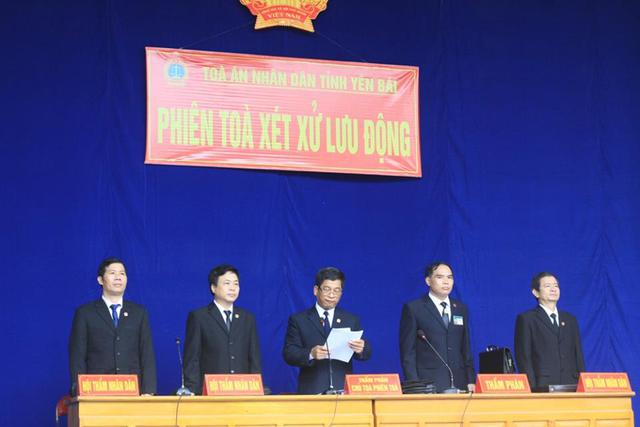Hội đồng xét xử phiên tòa vụ thảm sát 4 người ở Yên Bái.