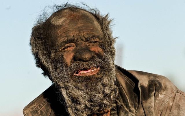 Những ngày vừa qua, hình ảnh cụ ông 80 tuổi người Iran với làn da đen xám vì bụi bẩn lại được chia sẻ rộng rãi trên mạng xã hội sau khi trang Witty Feed đăng tải câu chuyện về người đàn ông này.