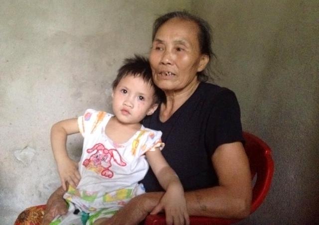 Bà Lan chăm sóc cháu nội sau khi hai vợ chồng Huệ quyết định ly hôn. Ảnh: Phan Ngọc