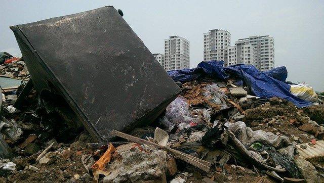 Rác thải được chất thành đống, gây ô nhiễm môi trường và ảnh hưởng đến cuộc sống của người dân.