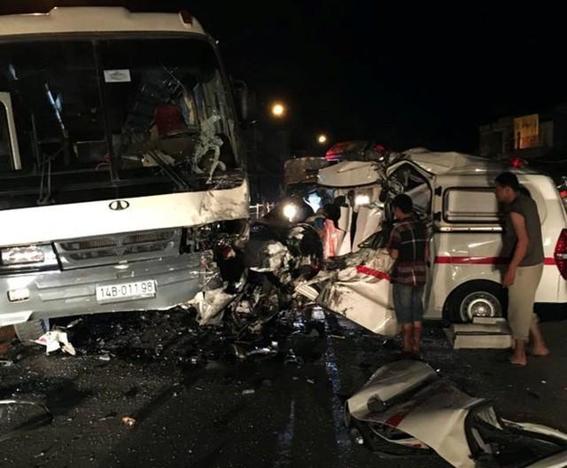 Xe cứu thương bẹp rúm sau cú đâm xe khách 35 chỗ trên quốc lộ 18A. Ảnh: Tạ Vinh.