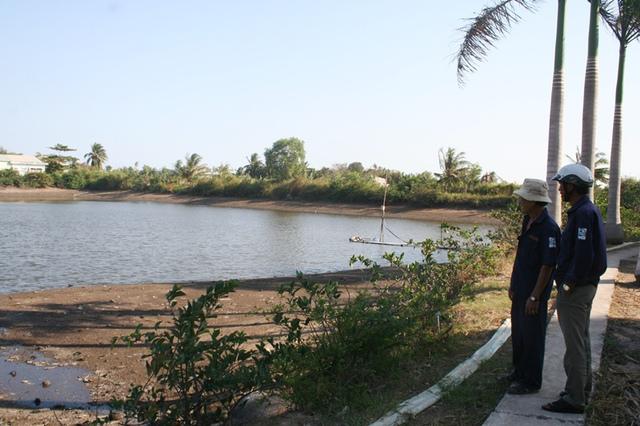 Ông Võ Đại Lang, trưởng trạm xử lý nước mặt cung cấp nước sinh hoạt cho gần 2.500 hộ ở xã Tân Thành, cùng với đồng nghiệp của mình đang vọ cùng lo lắng lắng vì ao trữ nước cho cả xã nay chỉ còn đủ cung cấp trong 3 ngày tới.