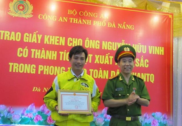 Đại tá Lê Quốc Dân, Phó Giám đốc Công an TP Đà Nẵng trao tặng giấy khen và tiền thưởng cho tài xế taxi hãng Tiên Sa - anh Nguyễn Hữu Vinh. Ảnh: Đức Hoàng