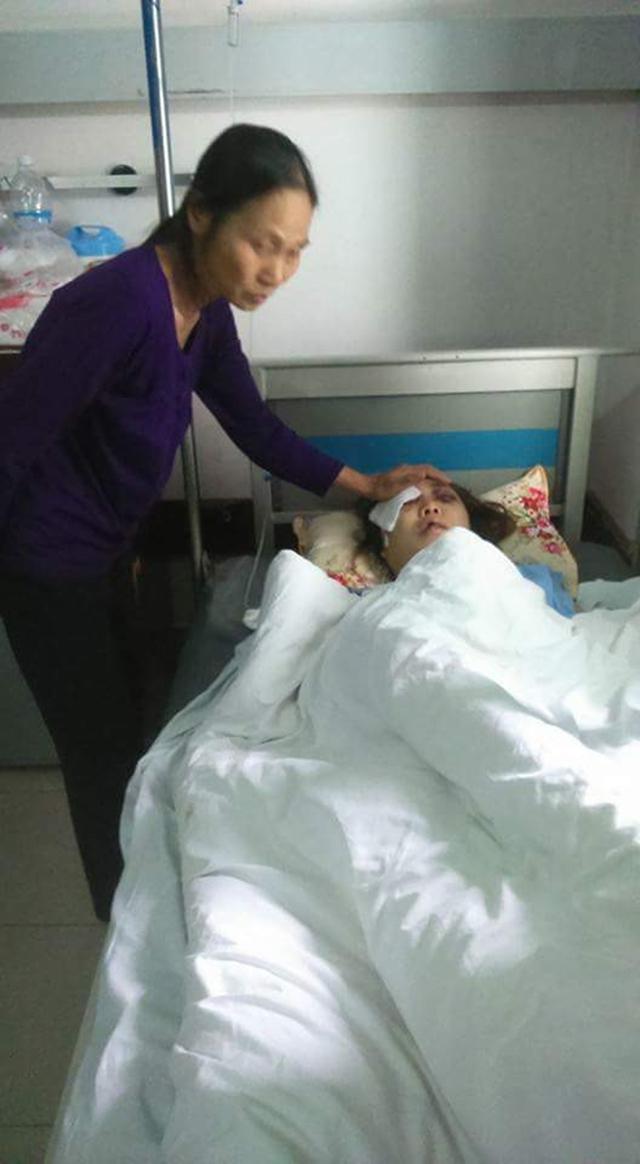 Cô giáo Nguyễn Thị Mỵ bên giường bệnh. Ảnh Ngọc Hùng