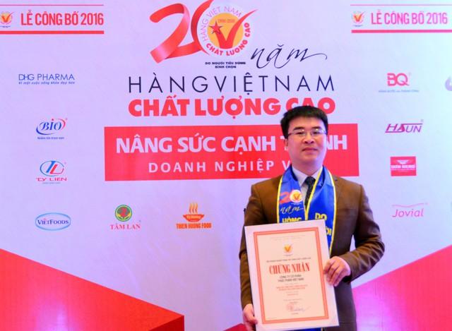 Ông Hà Ngọc Sơn nhận giấy chứng nhận hàng Việt Nam chất lượng cao cho sản phẩm của mình