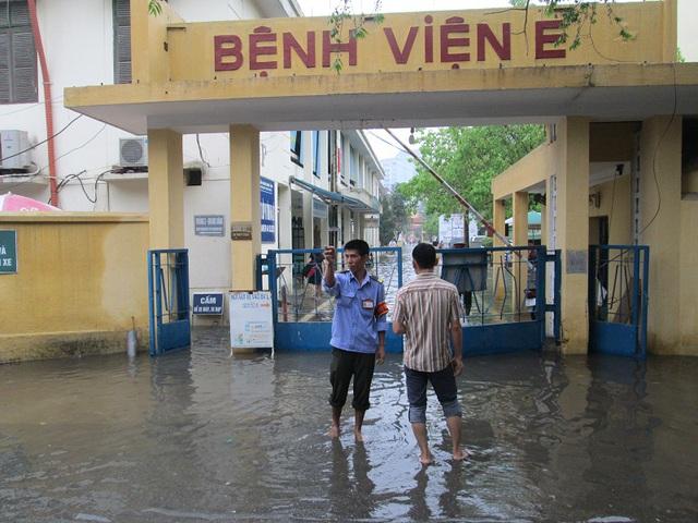 Tại Bệnh viện E (Trần Cung, Từ Liêm), từ khu để xe đến phòng bệnh sáng nay đều ngập trong nước.