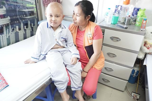 Chị Ngát xót xa nhìn đứa con tội nghiệp phải chịu đau đớn từng ngày. Ảnh N.Mai