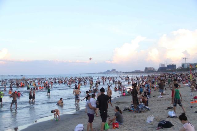 Những ngày này, thời tiết ở Đà Nẵng có lúc nắng nóng lên tới 39-40 độ C. Nắng nóng khiến cuộc sống người dân đảo lộn. Nhiều người tìm nơi mát mẻ để tránh nắng, trong đó, các bãi biển Đà Nẵng thu hút đông người nhất vào mỗi lúc chiều về...Ảnh: Đức Hoàng