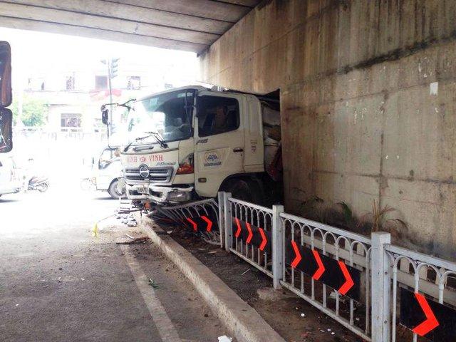 Chiếc xe tải đâm vào gầm cầu Linh Xuân. Ảnh : Ngọc Thiện