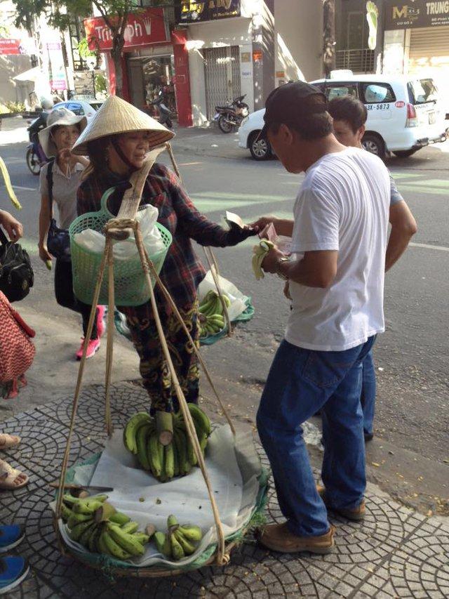Người đàn ông là khách Trung Quốc lấy đồng Nhân dân tệ trả cho chị bán chuối nhưng chị này không nhận, bắt ông này phải trả bằng tiền Việt. Ảnh: Facebook nhạc sĩ Nguyễn Duy Khoái