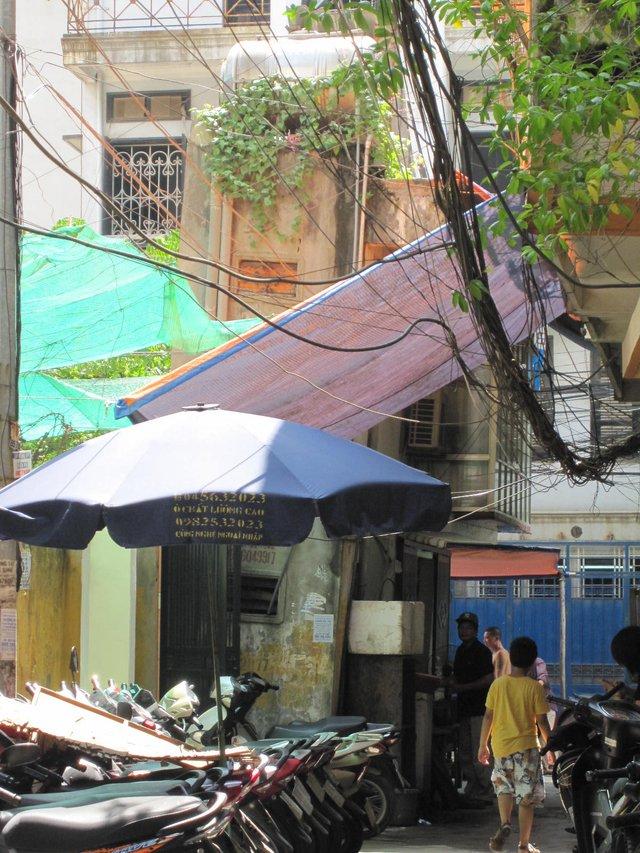 Căn nhà hình hình búa nghiêng hẳn ra đường ở Nguyễn Phúc Lai. Ảnh: Quỳnh An