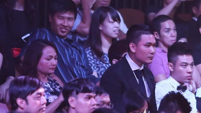 Doanh nhân Công Sơn ngồi cạnh mẹ Kỳ Duyên từ đầu chương trình. Ảnh: TL