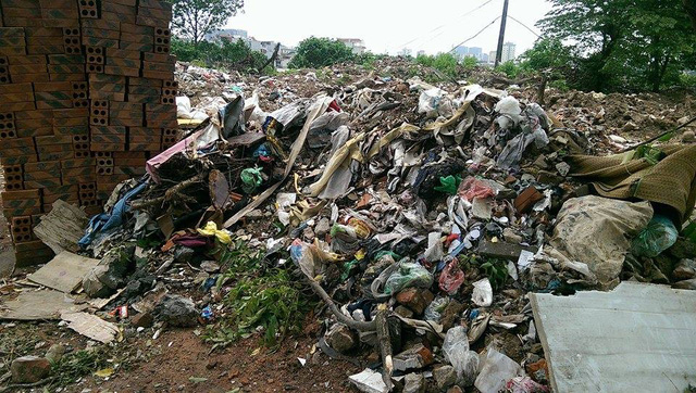 Theo ghi nhận của phóng viên, dọc hồ Đầm Hồng thuộc phường Khương Đình và phường Khương Trung (quận Thanh Xuân, TP Hà Nội) đang ngập tràn rác, phế thải xây dựng.