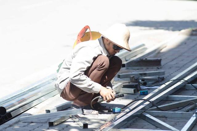 Một người thợ hàn miệt mài làm việc dưới cái nóng oi bức. Nắng nóng khiến cho công việc của anh càng thêm vất vả hơn.