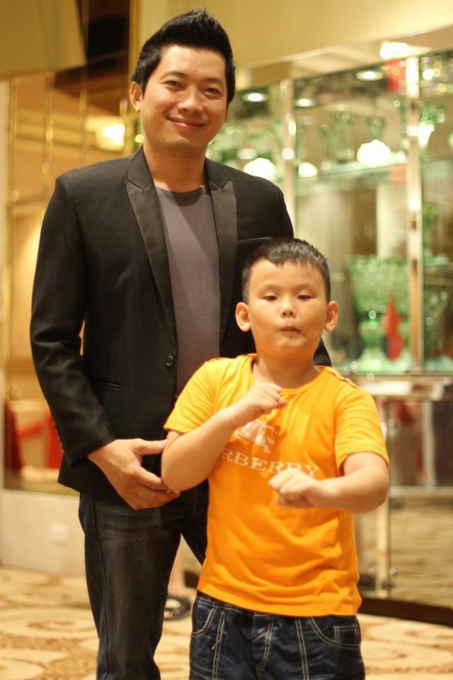 Kinh Quốc và con trai. Ảnh: NVCC