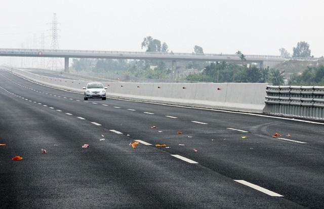Vàng mã được rải đầy trên cao tốc Hà Nội - Hải Phòng. Theo đơn vị quản lý cao tốc, hàng ngày có 10-12 đoàn xe phụ vụ tang lễ đi trên cao tốc. (Ảnh: VietNamNet)