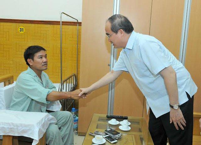 Chủ tịch UB TƯ MTTQ VN Nguyễn Thiện Nhân hỏi thăm sức khỏe phi công Nguyễn Hữu Cường.